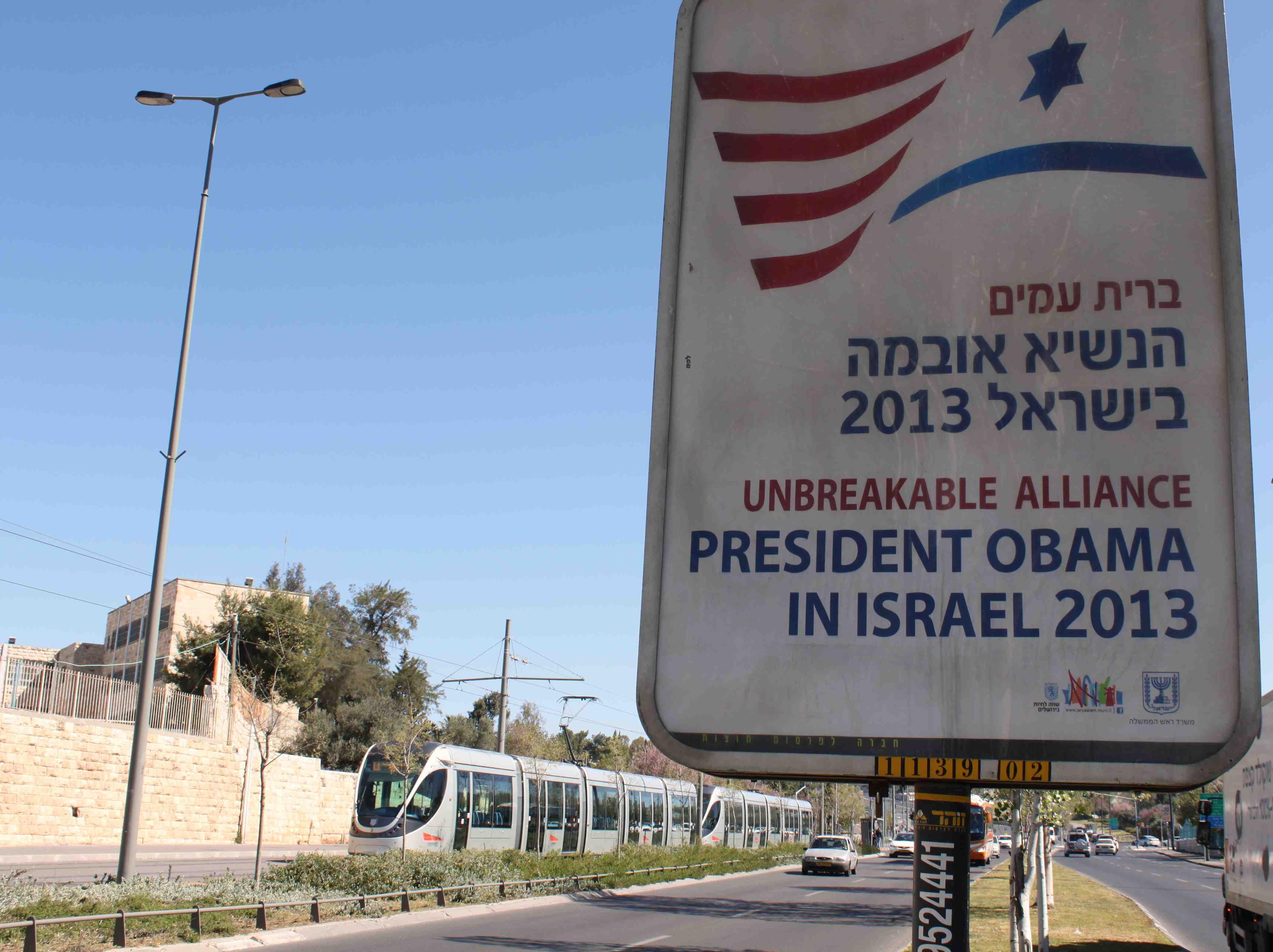 Obaman vierailun ajaksi Jerusalemin katukuvaan ilmestyi Yhdysvaltain lippuja sekä oheisia kylttejä.