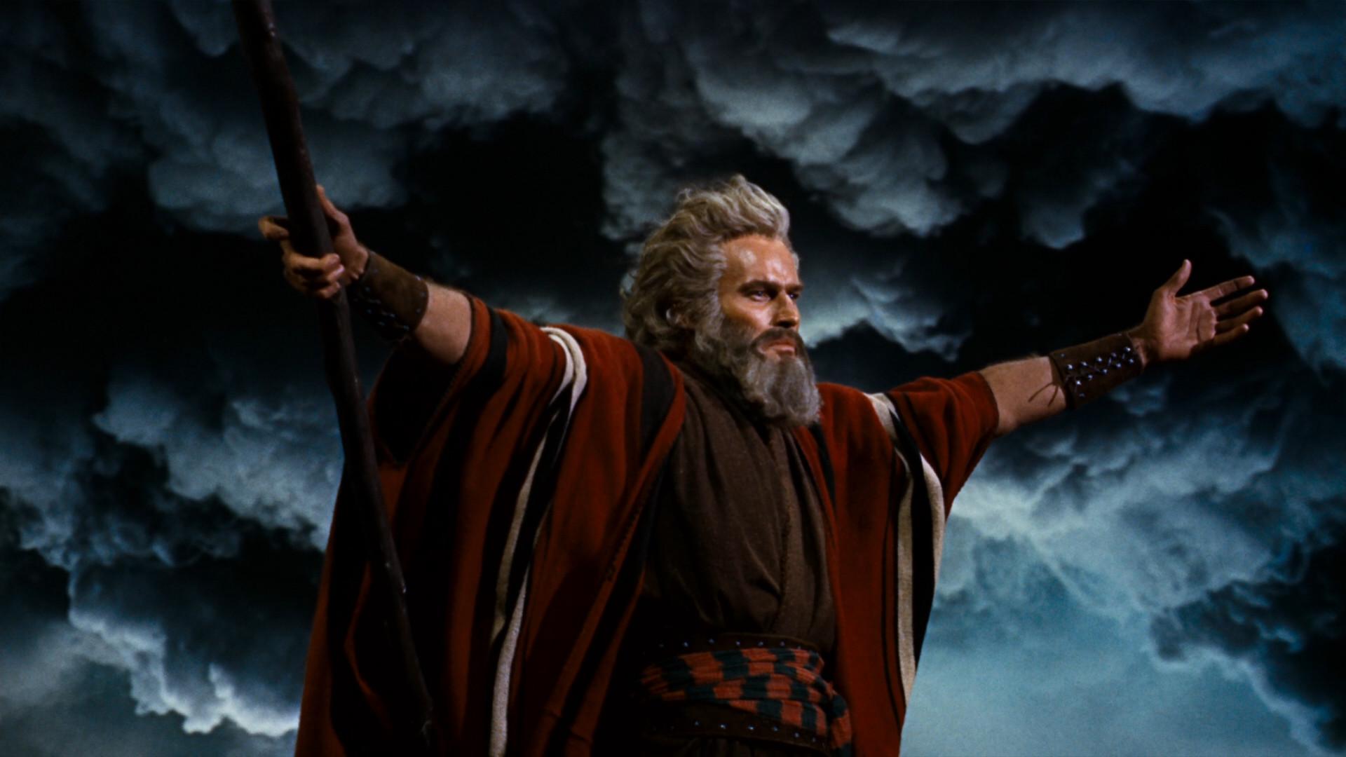 Charlton Hestonin näyttelemä Mooses vie israelilaiset orjuudesta kohti Luvattua maata ensimmäisenä pääsiäisenä elokuvassa Kymmenen käskyä (1956).