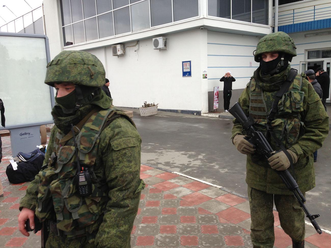 """Krimin valloitukseen osallistuneita Venäjän armeijan """"vihreitä miehiä"""" Krimillä helmikuussa 2014. Kuva: Wikipedia"""