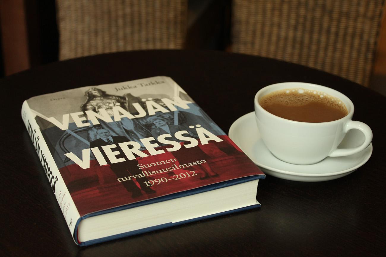 Tarkka pitää lukijan hereillä, joten pieni kahvikuppi riittää.