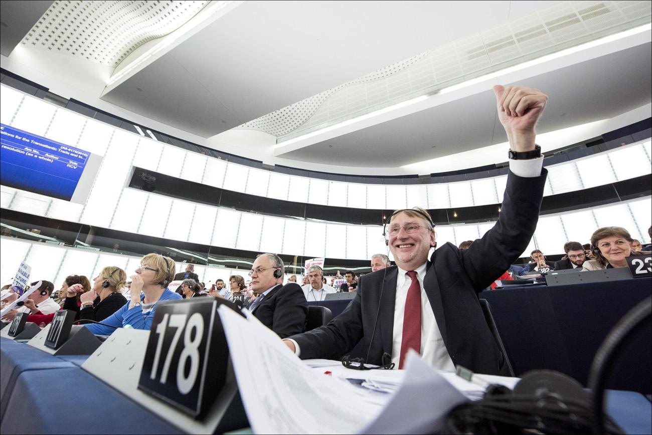 Europarlamentin kansainvälisen kaupan komitean puheenjohtaja Bernd Lange (S&D) ehti tuulettaa, kun parlamentti hyväksyi TTIP-neuvottelusuosituksensa komissiolle monivivahteisen prosessin jälkeen. Kuva: European Parliament/Flickr