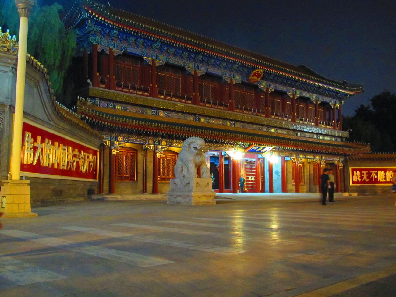 Portti Zhongnanhain muurien ympäröimään kompleksiin, jossa Kiinan kommunistisen puolueen korkein johto pitää majaansa (Kuva: Matti Puranen)