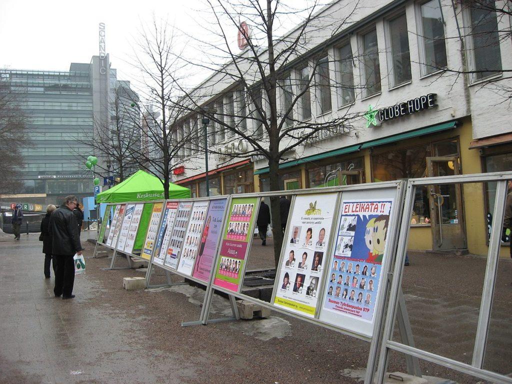 Vaalimainoksia Helsingin Kampissa vuonna 2011.