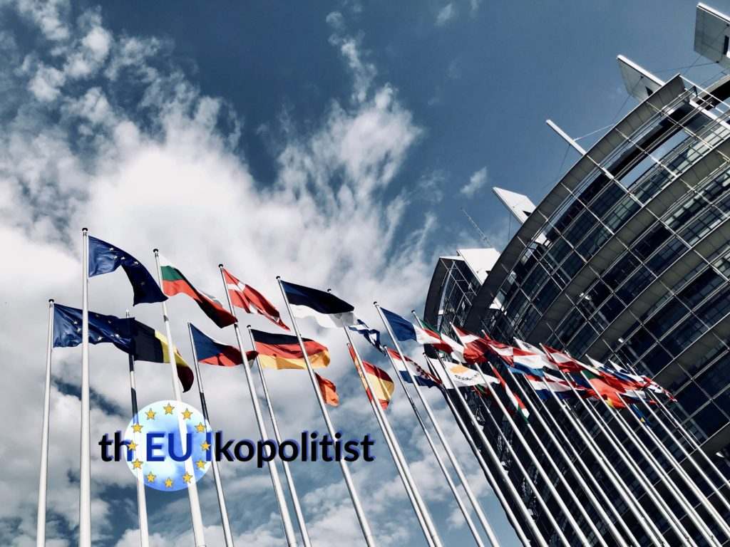 Lippuja EU-parlamentin edessä