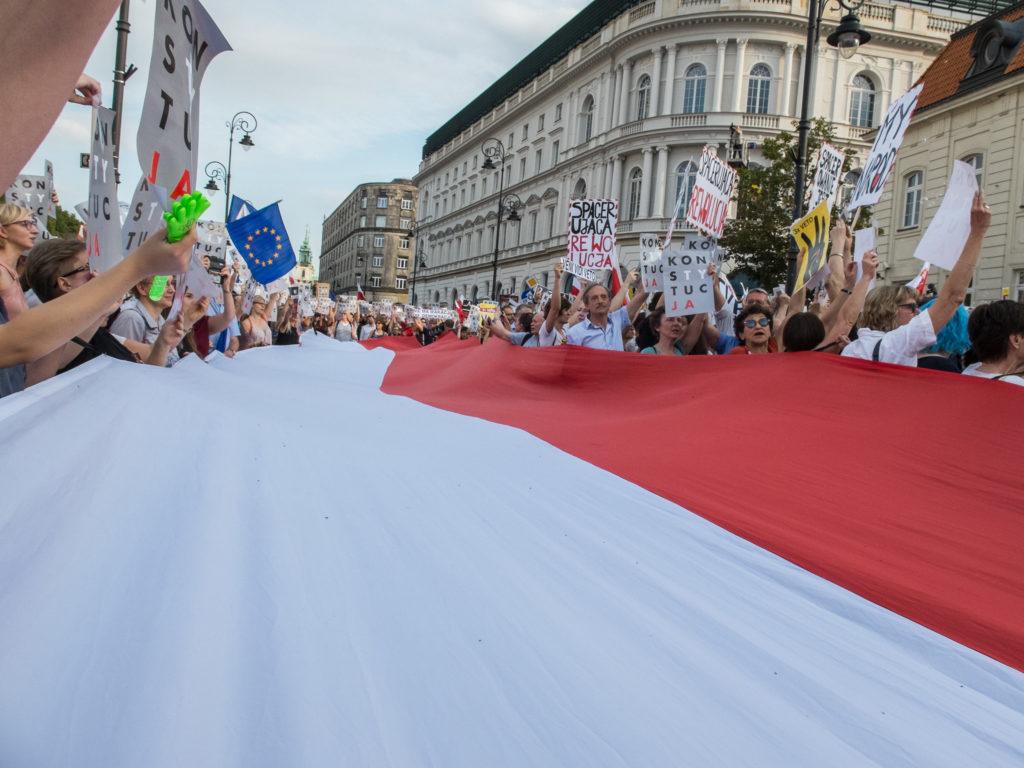 Valtava Puolan lippu mielenosoituksessa