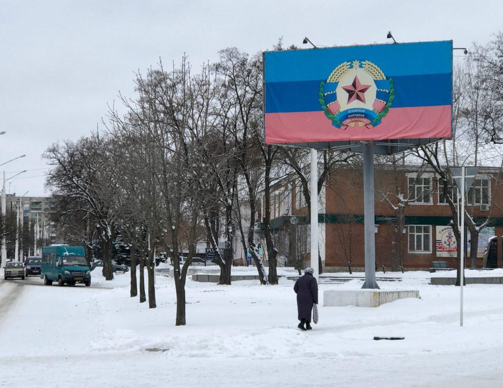 Katumaisemaa ja LNR:n symboli Luhanskin oblastissa
