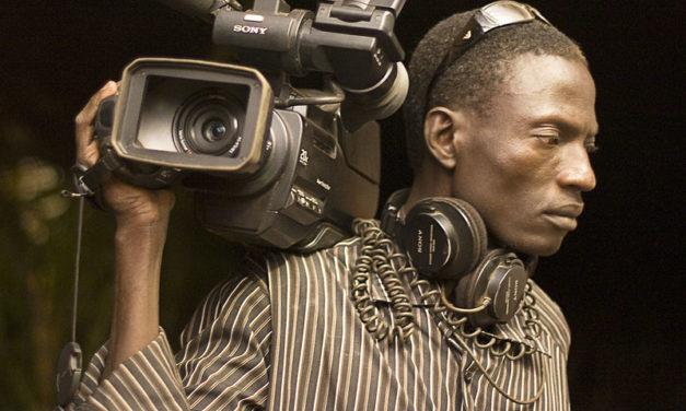 """Burkina Fason median rooli oli elintärkeä vuoden 2015 kansannousun aikaan – nyt """"journalismin menestystarinan"""" jatko on vaakalaudalla ja media ristitulessa"""