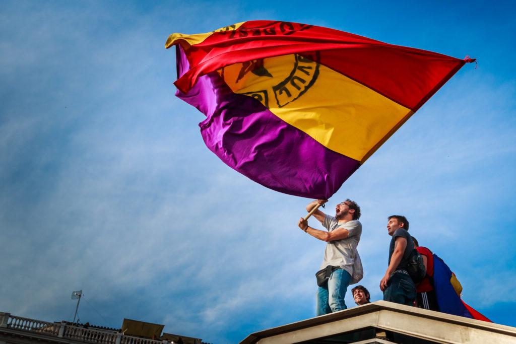 Mies heiluttamassa Espanjan tasavallan lippua