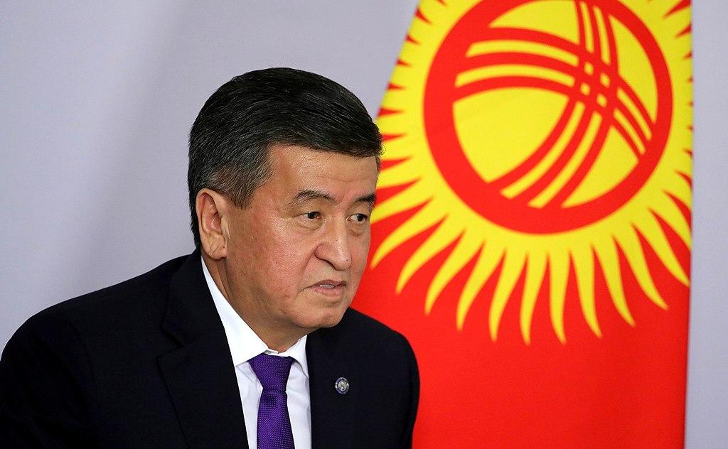 Kuvassa Kirgisian ex-presidentti Sooronbai Žeenbekov, taustalla Kirgisian lippu.