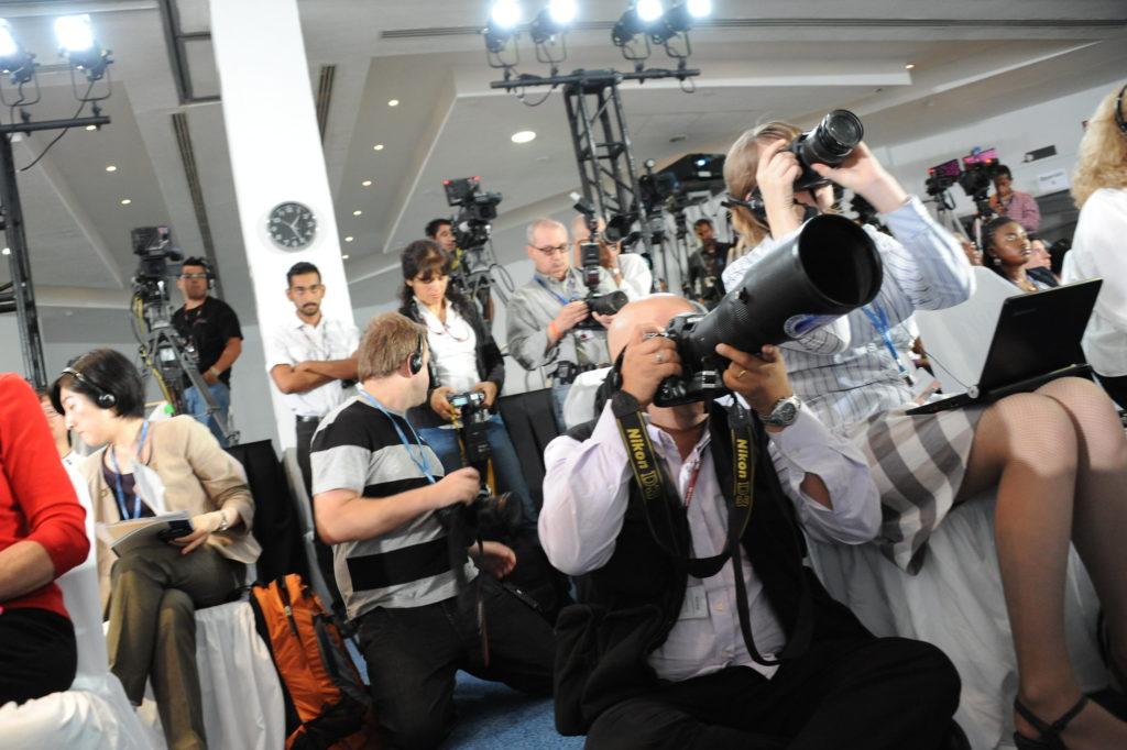 Toimittajia seuraamassa ilmastokokousta