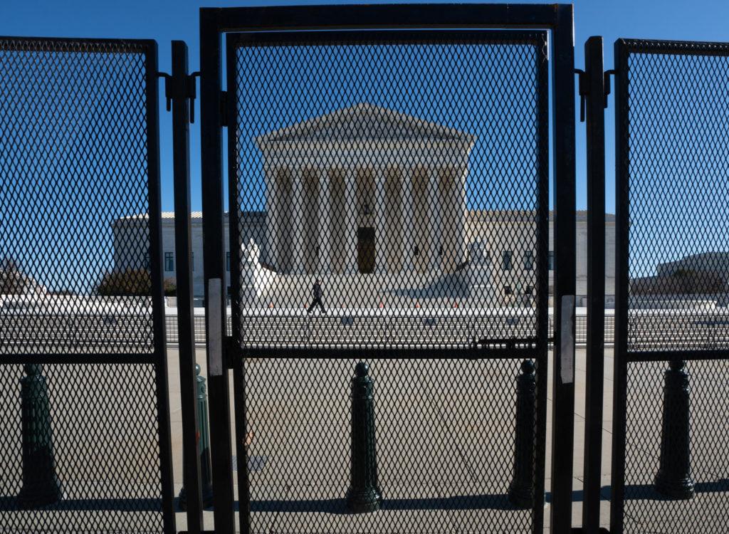 Kuvassa aitojen ympäröimä Yhdysvaltain korkein oikeus