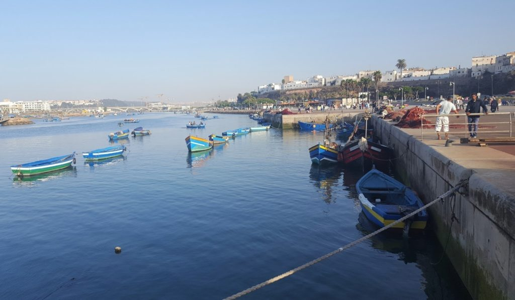 Marokon pääkaupungin Rabatin satama. Näillä veneillä kuljetaan rannalta toiselle tai käydään korkeintaan kalassa, ei ylitetä merta. Kuva: Milja Suihko