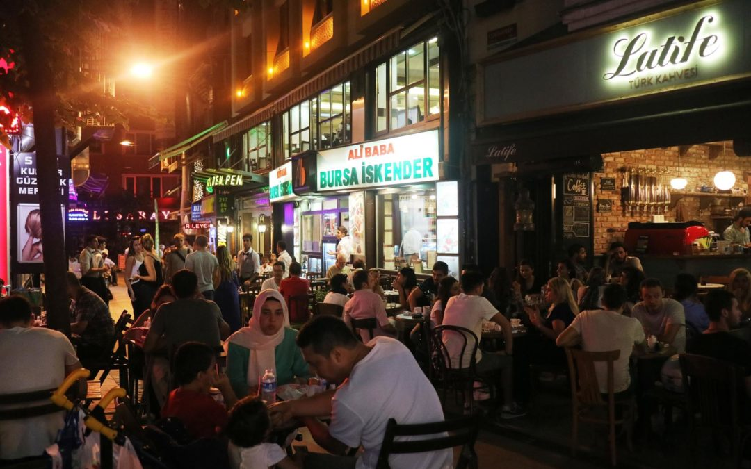 Turkin talouskriisi kurittaa kansalaisia ja nakertaa valtapuolue AKP:n suosiota