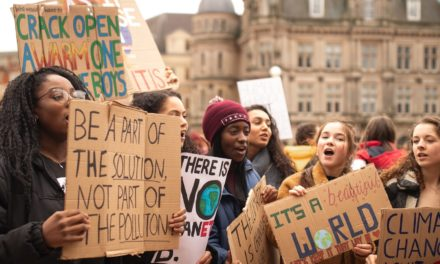 Ugandalainen ilmastoaktivisti puolustaa moniäänisyyttä ilmastonmuutoksen vastaisessa taistelussa